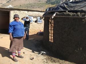 Ntombifuthi helps on Tholakele's house